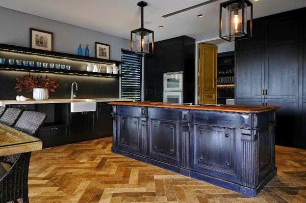 gran cocina negra y madera natural decoración moderna