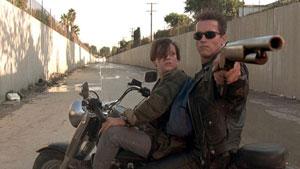 Edward Furlong y Arnold Schwarzenegger en Terminator 2: el juicio final