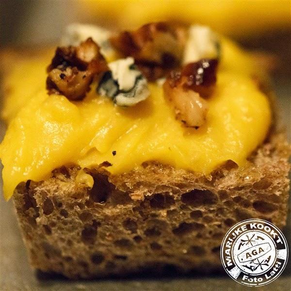 Bruschetta van zuurdesembrood met pompoenpuree, Fourme d'Ambert en nootjes