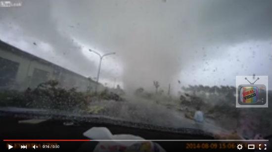 Video Kereta Tiba-Tiba Di Sedut Taufan, Pemandu Selamat Kerana Sempat Keluar