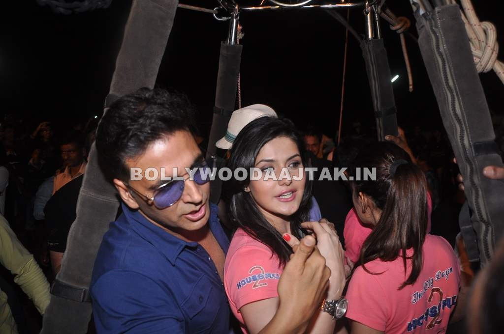 Zarine khan in hot ballon with akshay kumar - Housefull 2 hot air balloon Promotion pics