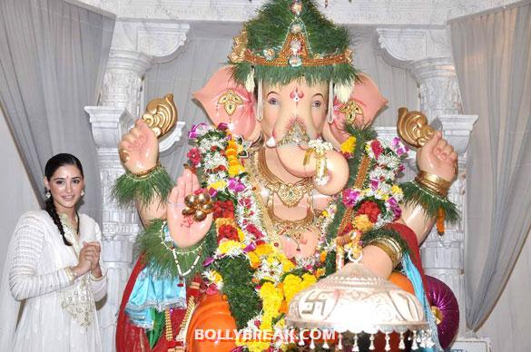 , Nargis Fakhri At Andheri Cha Raja To Take Blessing