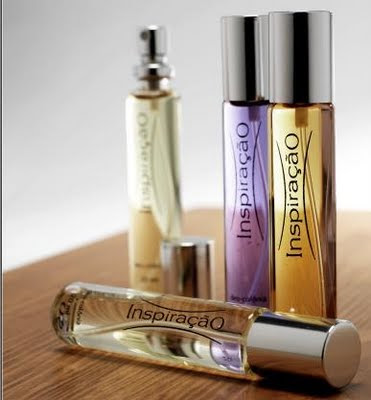 Vários vidros de perfume