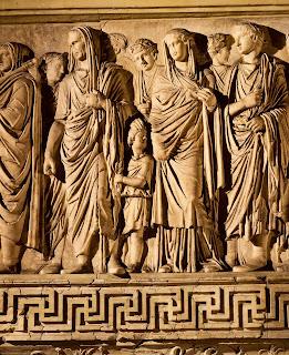 Ara Pacis  - Agripa con la cabeza cubierta como un augur, seguido de su hijo Gayo.
