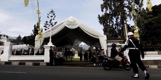 Foto - Foto Pernikahan Ibas dan Alya dan Situasi di sekelilingnya