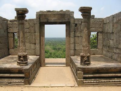 развалины, руины Япахувы, древний храм Зуба Будды, колонны по бокам, каменные стены