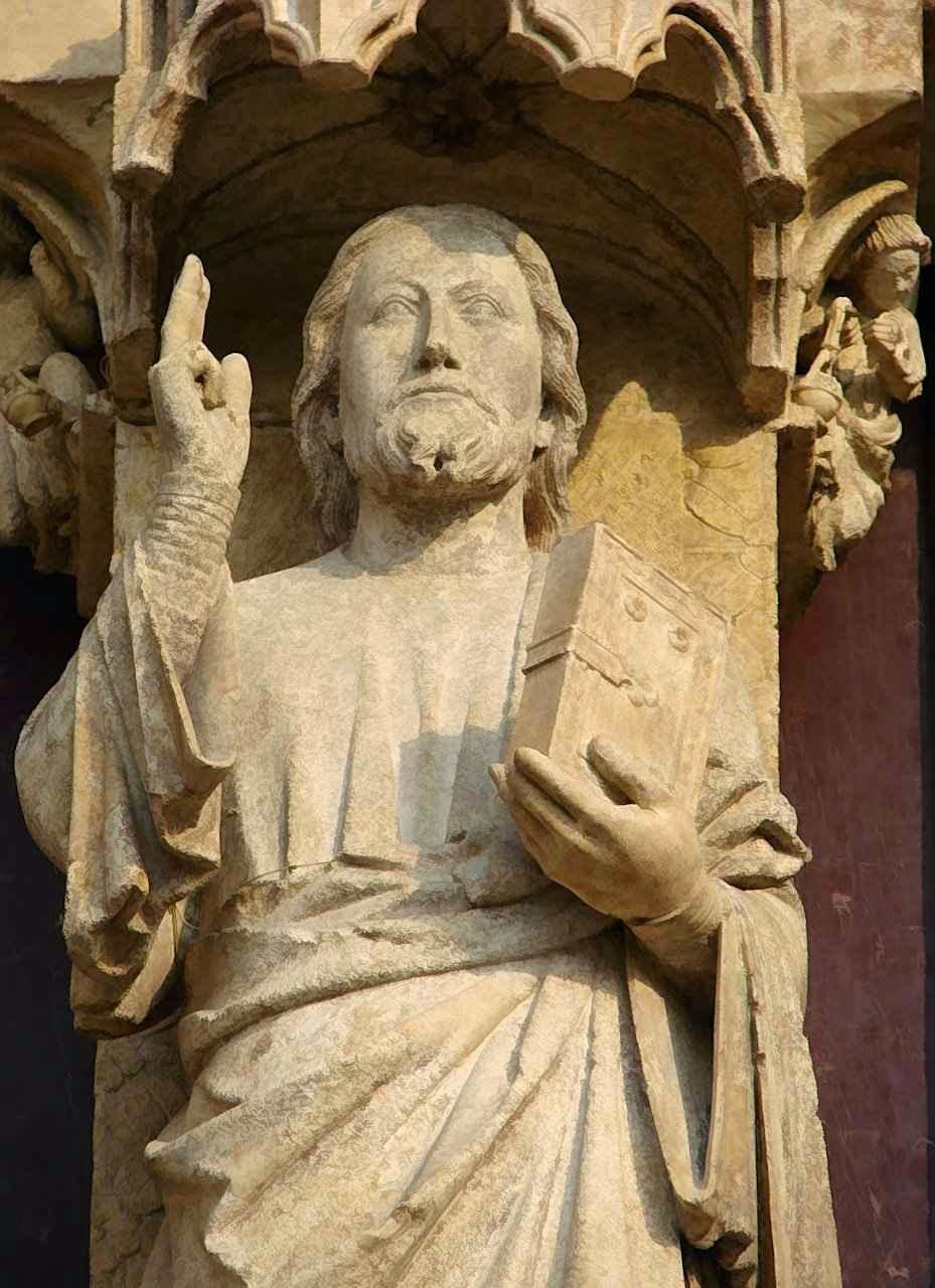 O Beau Dieu de Amiens, no pórtico central da catedral.