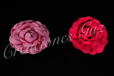 coleteros, o pinzas en forma de rosa realizada con cinta piquillo en rosa y fusia