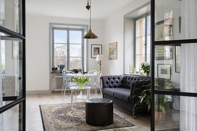 un espacio pequeo a modo de nica estancia que une saln y cocina y un slo dormitorio que tiene una muy especial que lo convierte en algo