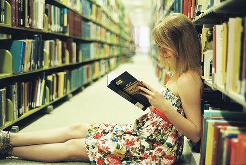 Sumegida en la lectura...