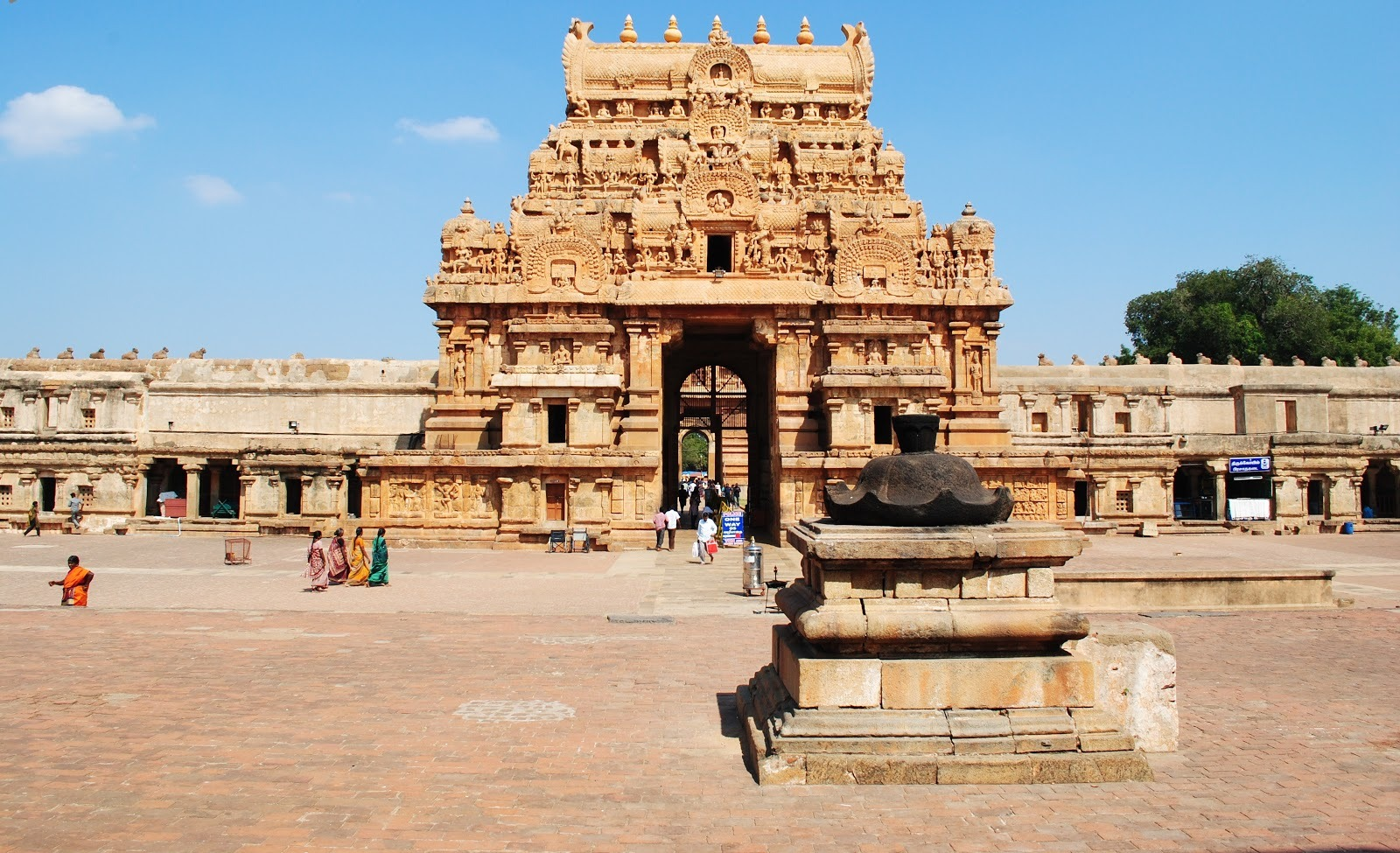 brihadeeswara temple essay Architectural history is incomplete without the studu of the very famous and the very big tanjore brihadeeswara temple here are some interesting facts about this temple.
