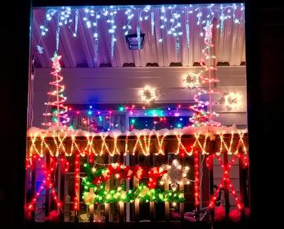 Balconies christmas garden park for Balcony christmas lights ideas