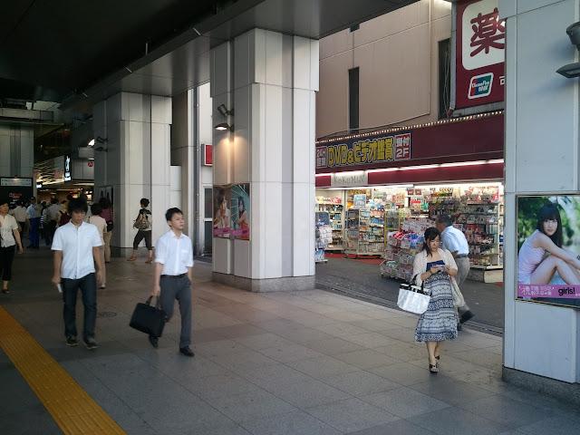 8月27日AKB48前田敦子あっちゃんの卒業式の日JR秋葉原駅昭和通り口の広告物ポスターその3
