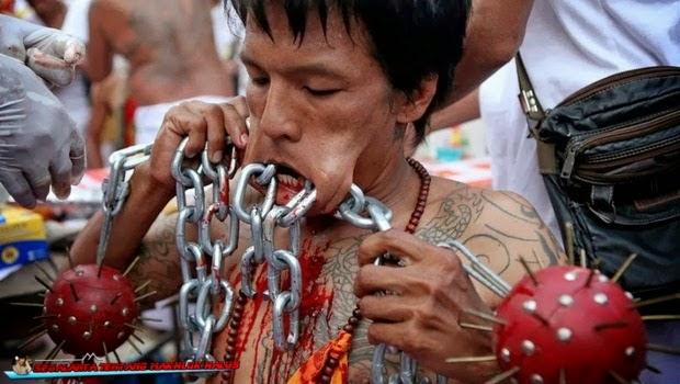 dipercaya ritual mengerikan ini dilakukan bisa meningkatkan keimanan Lima Ritual Mengerikan yang Benar-Benar Ada di Dunia