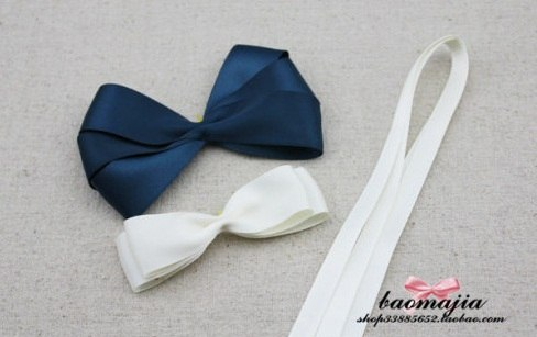 Наши заготовки соединяем вместе, связываем тоненькой ленточкой, получаем прекрасный бант из ткани своими руками.