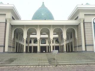 """<a href="""" http://3.bp.blogspot.com/--6bsRr-6IDY/USM5hhoGJCI/AAAAAAAAB6A/1SYDULZw0TY/s320/Masjid+Termegah+dan+Terbesar+di+Indonesia3.jpg""""><img alt=""""Tempat beribadah umat islam,Masjid Termegah dan Terbesar di Indonesia, Masjid Al-Akbar Surabaya – JAWA TIMUR"""" src=""""http://3.bp.blogspot.com/--6bsRr-6IDY/USM5hhoGJCI/AAAAAAAAB6A/1SYDULZw0TY/s320/Masjid+Termegah+dan+Terbesar+di+Indonesia3.jpg""""/></a>"""