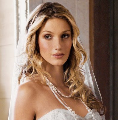 Find out how to choose the perfect wedding hairstyle courtesy of styleca