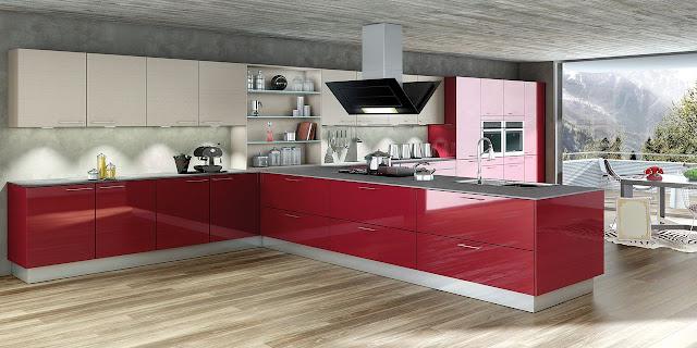 Une cuisine design rouge brillante allié au beige des meubles hauts. Le plan de travail est fin et l'implantation est en T avec des façades épurées et de grands casseroliers