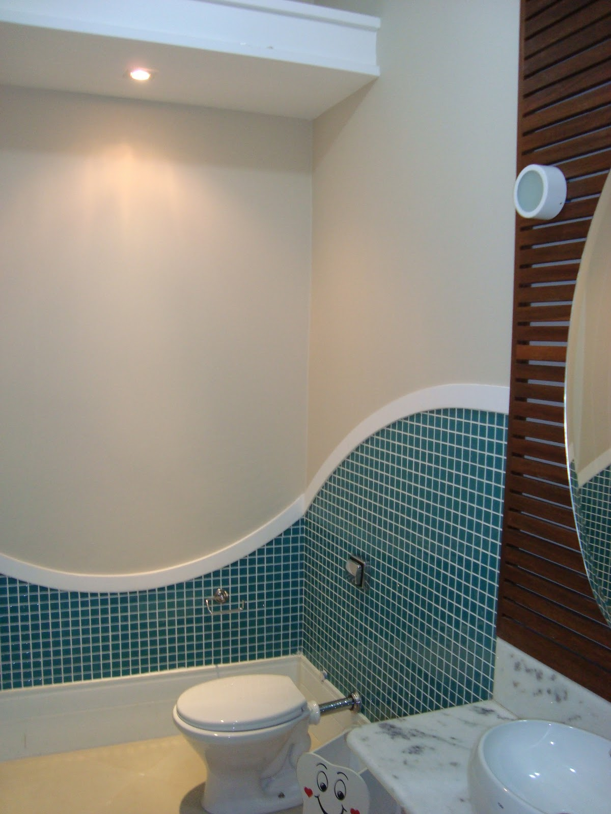 Lavabo rústico: detalhe da bancada de madeira e cuba em mármore  #31505A 1200x1600 Bancada Banheiro Rustico