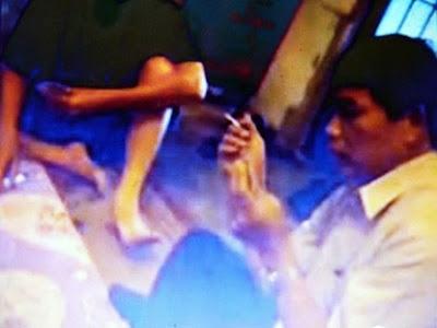 Hình ảnh của Clip quay lại cảnh ông Lê Vũ Thắng - Chủ nhiệm Ủy ban kiểm tra đảng huyện Lâm Hà, tỉnh Lâm Đồng đánh bài (ảnh chụp từ Clip).