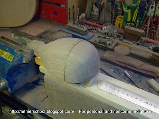 Το σκάφος του μπαγλαμά ολοκληρωμένο κατά την εξωτερική του κατεργασία