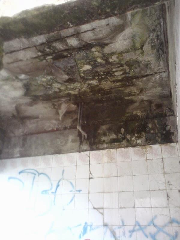 rumah hantu darmo bagian plafon teras depan