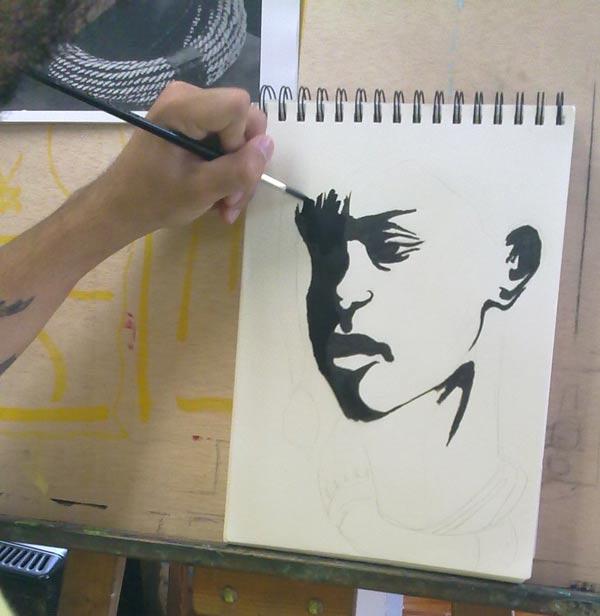 dibujando con tinta una cara