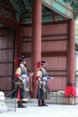 Extranjeros en el cambio de la guardia de Deoksugung