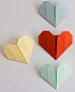 http://www.guiademanualidades.com/corazones-de-origami-paso-a-paso-33078.htm#more-33078