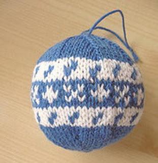 Синий шар с белым узором
