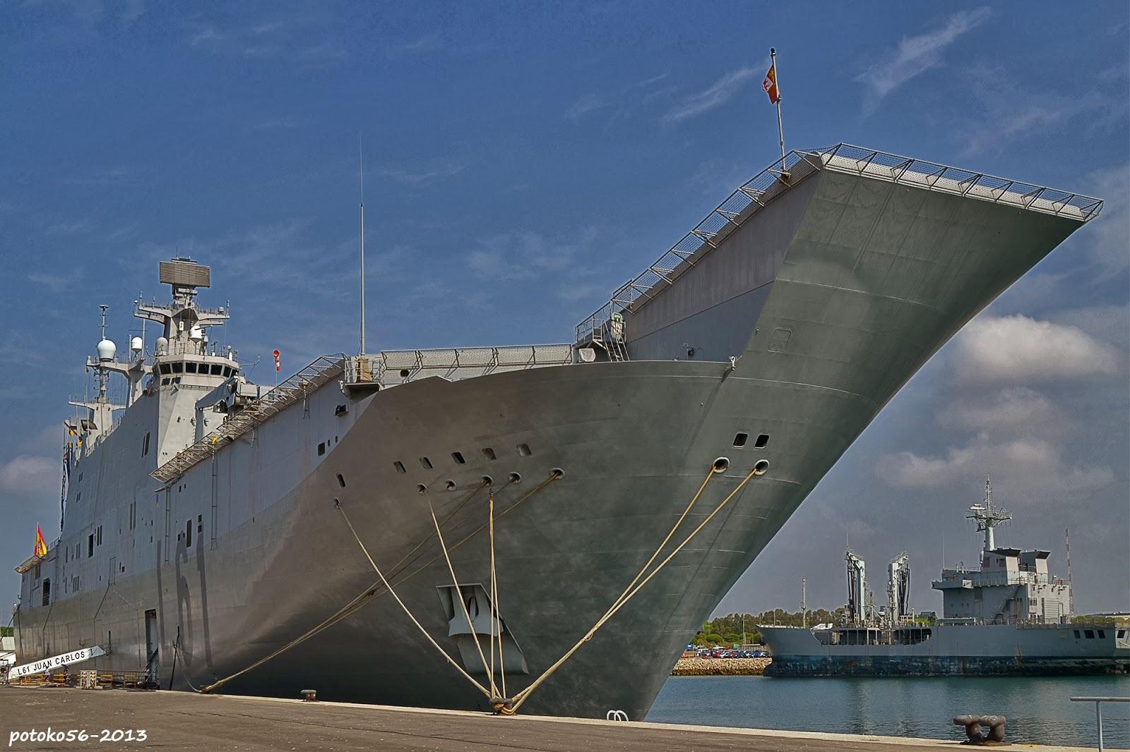 Porta-aeronaves Juan Carlos I atracado en la Base Naval de Rota