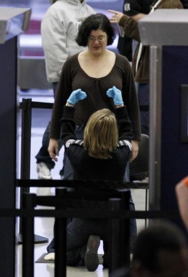 Pemeriksaan Keamanan Bandara yang Sangat Ketat dan Berlebihan -29