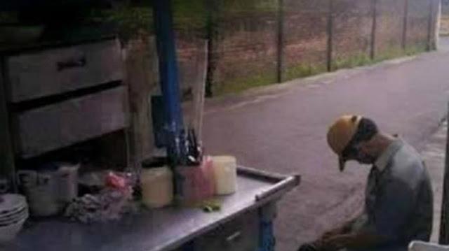 Disangka Tidur, Ternyata Penjual Mi Ayam Ini Sedang Menghafalkan Al Quran