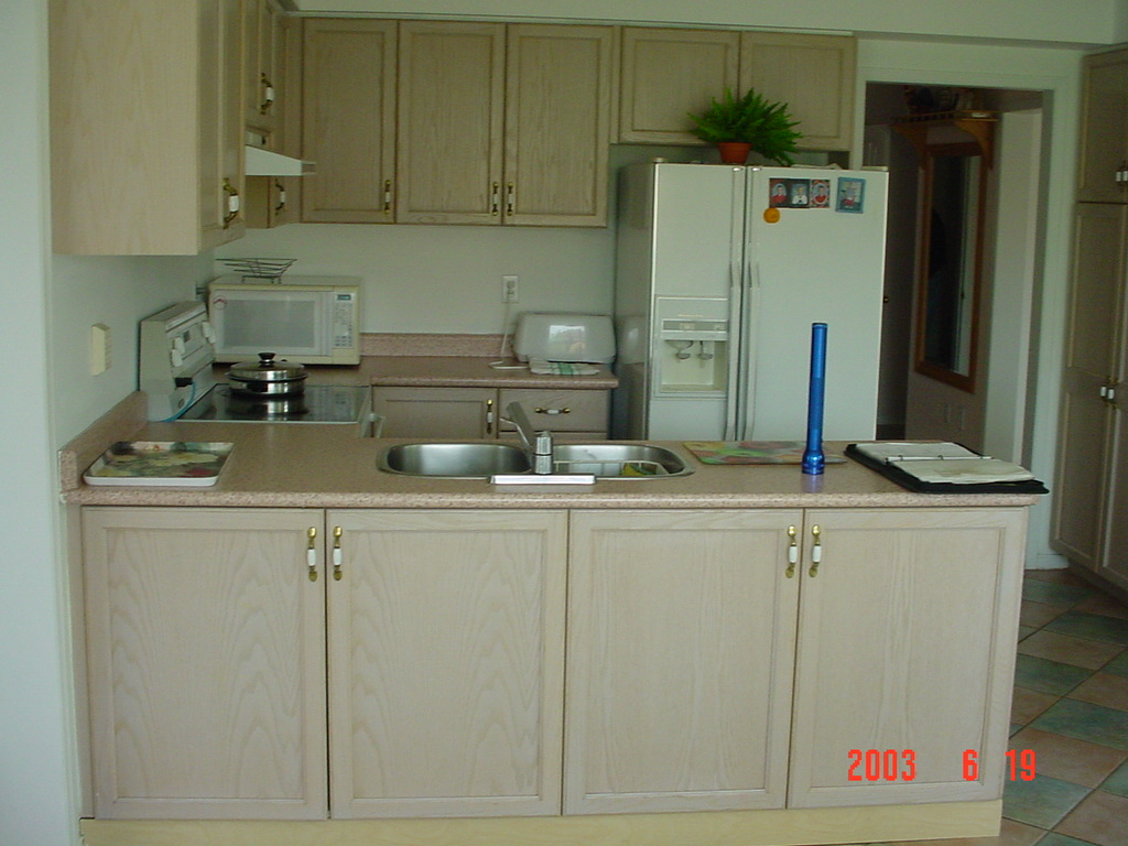 IMÓVEL NO CANADÁ: Renovação da Cozinha  antes e depois #5B5133 1024 768