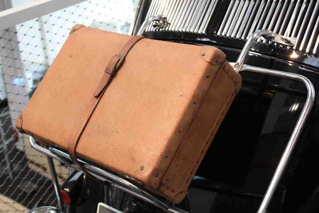Koffer wurden beim Käfer aufs Heck geschnallt - Geschichte der Wohnmobil Reisen im Hymer Museum