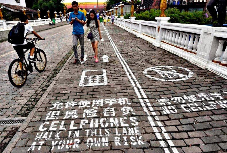 Ciudad china abre acera para usuarios de la telefonía móvil