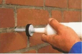 Цементирующая масса в стене