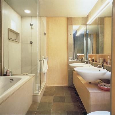 cómo decorar un baño pequeño para que se vea más grande en