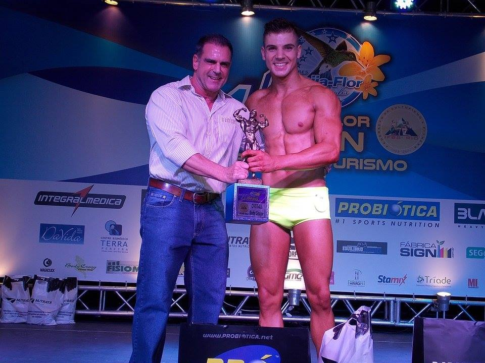 Igor Kreischer recebe troféu Overall Body Shape das mãos do presidente da IFBB Rio. Foto: Arquivo pessoal