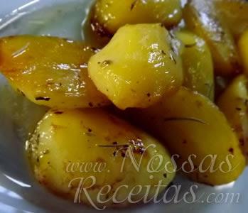 receita de batatas assadas e caramelizadas com um toque de ervas finas