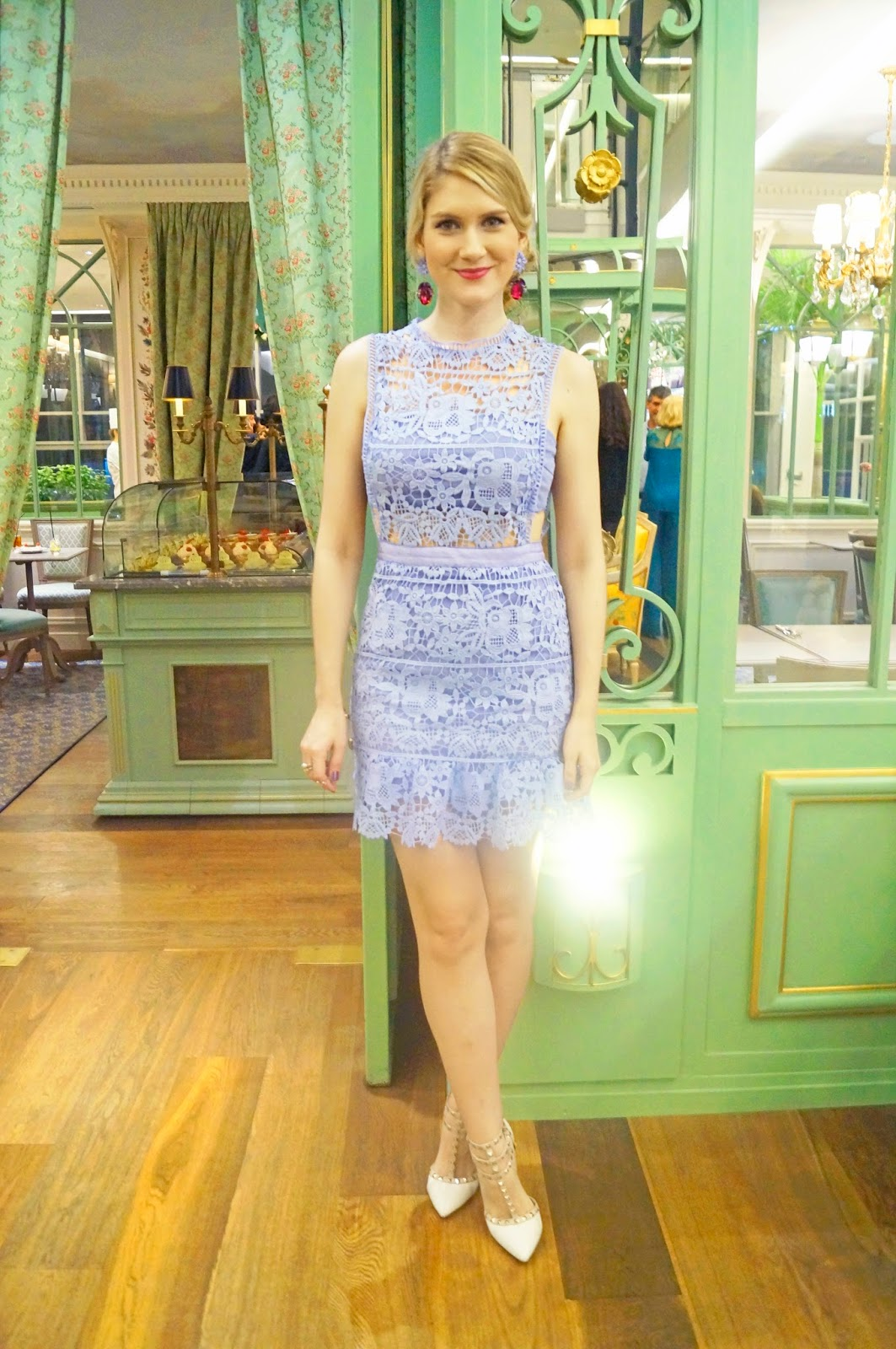 Tres Chic outfit in a lilac lace dress