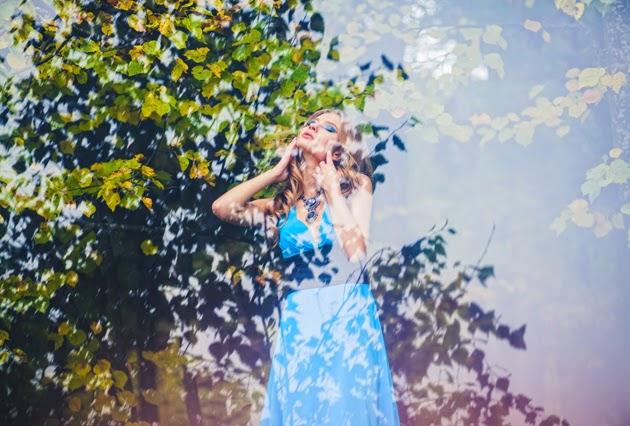 осеняя фотография девушки в ярком платье