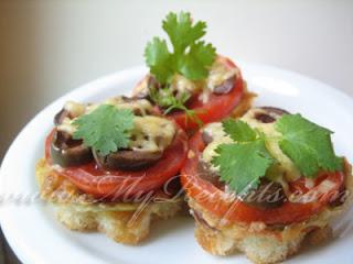 Бутерброды с помидорами и маслинами