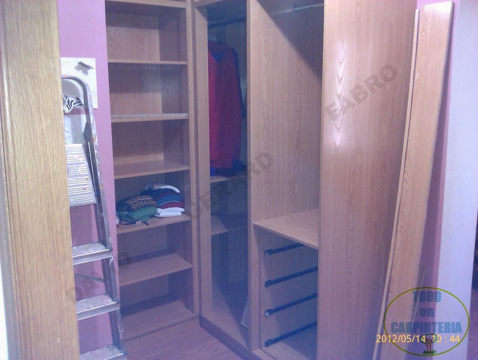 El interior del armario de esquina
