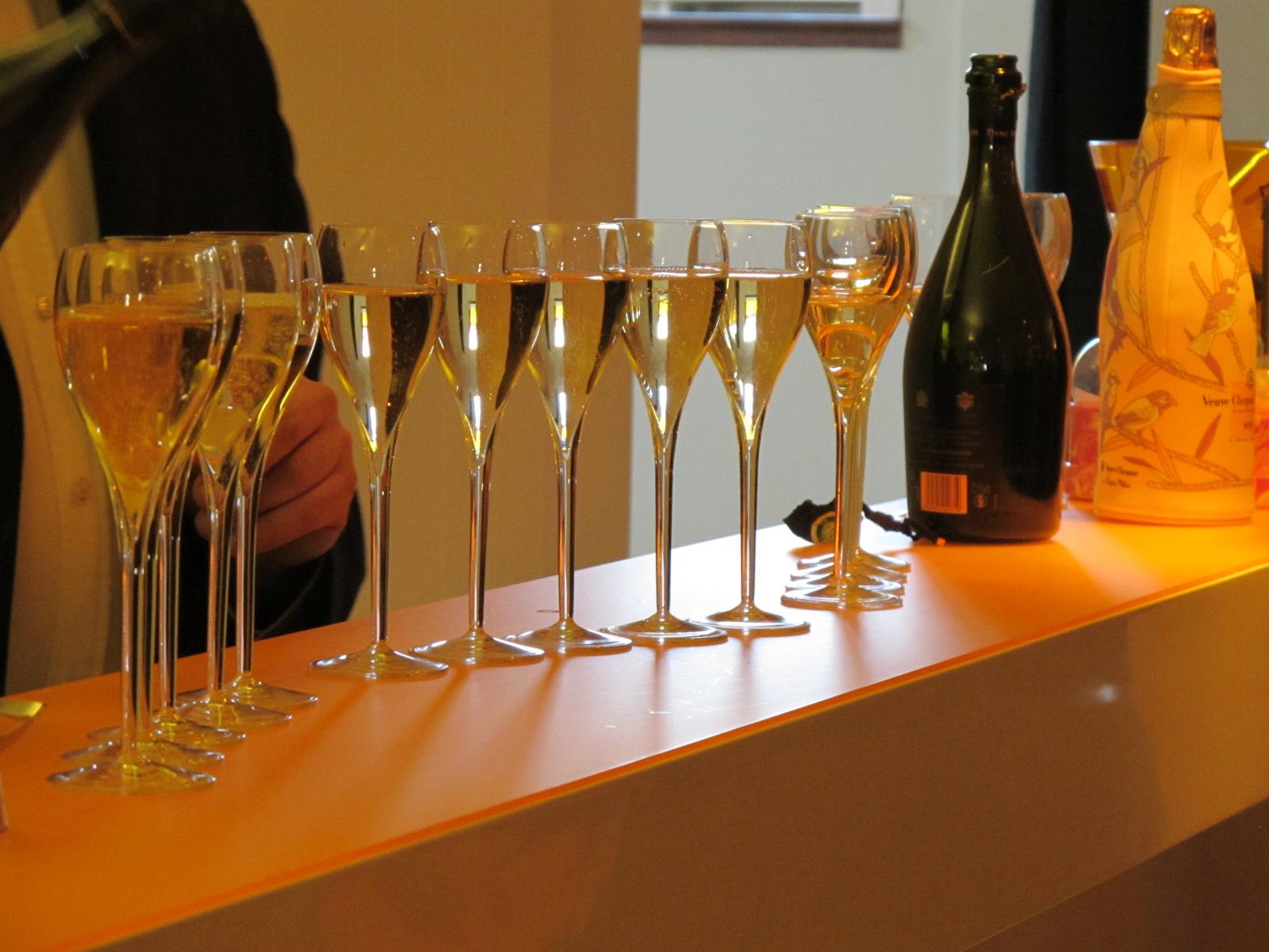 the tasty side to life veuve clicquot vs mumm champagne. Black Bedroom Furniture Sets. Home Design Ideas