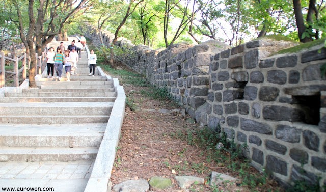 Camino de subida a la montaña Namsan por la parte sur