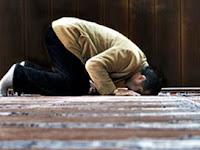 """Peygamber Efendimizin (s.a.v): """"İnsanların hırsızlıkta en ileri olanı, kendi namazından çalan kimsedir."""" """"Ey Allah'ın Resulü, kişi namazından nasıl hırsızlık yapar?"""" denildi. Resulullah, """"Rukûunu ve secdesini tam yapmaz. Bu namazdan çalmaktır. İnsanların en cimrisi de selâm (verip alma) da cimri davranandır."""" buyurdu."""