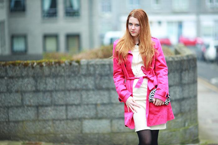 česká blogerka, růžový kabát, žluté šaty, leopardí kabelka