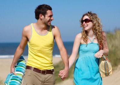 أمور عليك تحضيرها قبل الذهاب في شهر العسل - حبيبان يمشيان على شاطىء البحر - man and woman walking on beach