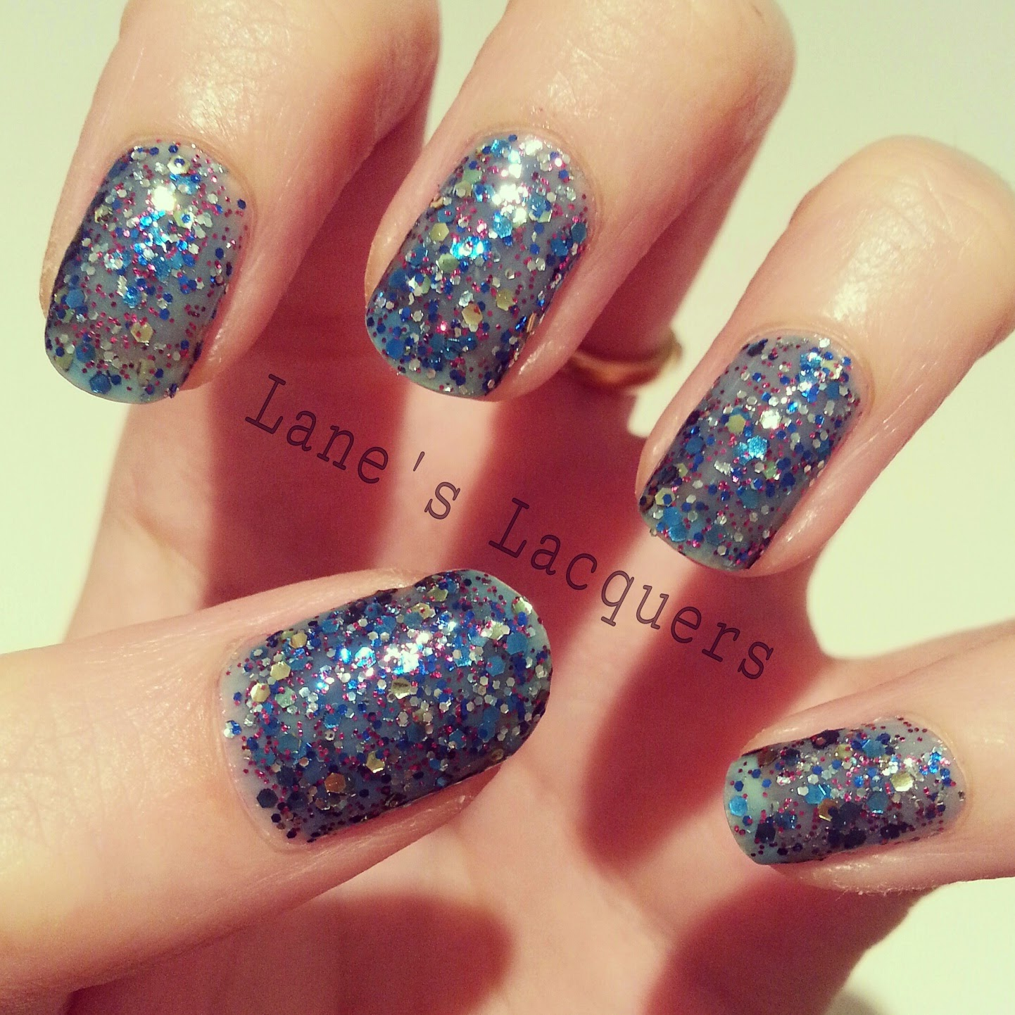maybelline-colorshow-be-brilliant-skyline-blue-swatch-nails